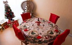 Un arrangement romantique de table de dîner de Noël avec des décorations de Noël photographie stock libre de droits