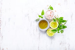 Un arreglo del aceite de oliva, de la sal himalayan, de la albahaca, de la cal y del limón imagenes de archivo