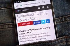Un article concernant le centre de vérification automatisé ACH sur le site Web d'Investopedia montré sur le smartphone caché dans image stock