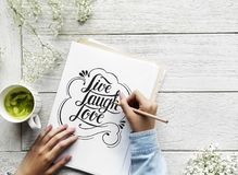 Un artista che crea il materiale illustrativo dell'iscrizione della mano dalla citazione di motivazione immagine stock libera da diritti