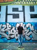 Un artista de la pintada, pintado en una pared gigante en la ciudad de París Imagen de archivo libre de regalías