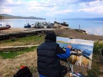 Un artista pinta los barcos imagenes de archivo