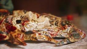 Un artista trabaja en una máscara veneciana festiva y adornada del carnaval almacen de metraje de vídeo
