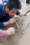 Un artiste de sandsculpture au travail Photo libre de droits