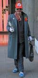 Un artiste drôle de rue dans le costume absurde image libre de droits