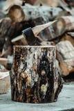 Un'ascia rotta nella piattaforma di legno fotografia stock libera da diritti