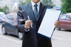 Un asegurador está sugiriendo para garantizar un coche bajo condiciones justas y rentables fotos de archivo libres de regalías