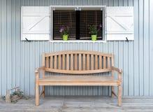 Un asiento de banco en el mirador de una casa tradicional Imágenes de archivo libres de regalías