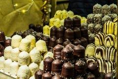 Un assortiment délicieux des pâtisseries de chocolat dans une marque de Noël photographie stock libre de droits