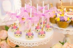 Un assortiment de bonbons de fête colorés image libre de droits