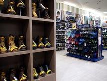 Un assortiment de chaussures et chaussures sur l'affichage à un magasin Photo stock