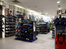 Un assortiment de chaussures et chaussures sur l'affichage à un magasin Image stock
