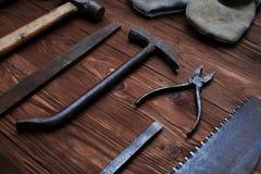 Un assortiment de différents outils de menuiserie au-dessus de backgroun en bois Photographie stock