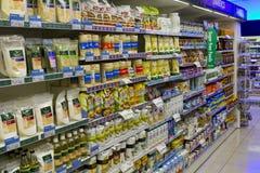 Un assortiment de nourritures gratuites saines et de sucre sur une étagère Images stock