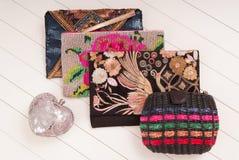 Un assortiment de sacs à main femelles, d'exposition-fenêtre et de Cl à la mode Photographie stock libre de droits