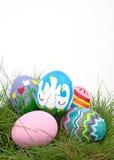 Un assortimento delle uova di Pasqua Dipinte a mano variopinte Immagini Stock