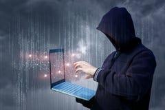 Un atacante en el ataque del ordenador portátil una red Imágenes de archivo libres de regalías