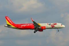 Un aterrizaje de aeroplano del pasajero en el aeropuerto fotografía de archivo libre de regalías