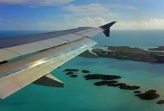 Un aterrizaje de aeroplano en turcos y Caicos Fotos de archivo