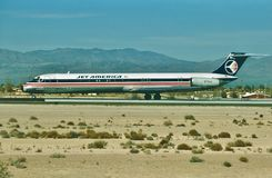 Un aterrizaje de McDonnell Douglas MD-82 de las líneas aéreas de América del jet en el aeropuerto del puerto del cielo de Phoenix Imagen de archivo libre de regalías