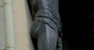 Un atlante di pietra enorme della scultura archivi video