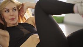 Un atleta de la mujer hace un guardapolvo del entrenamiento supino almacen de video