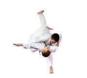 Un atleta di due ragazzi sta facendo i tiri di judo isolati Fotografie Stock