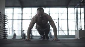 Un atleta joven del crossfit se prepara para las competencias El instructor del gimnasio calienta antes de entrenar metrajes