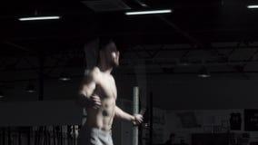 Un atleta joven del crossfit se prepara para las competencias El instructor del gimnasio calienta antes de entrenar almacen de video