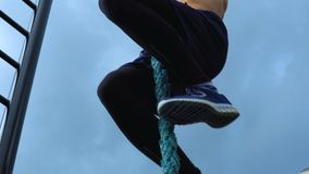Un atleta joven sube para arriba la cuerda metrajes