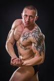Un atleta profesional en un fondo oscuro fotos de archivo