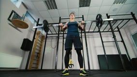 Un atleta si prepara con un bilanciere Colpo di angolo basso archivi video