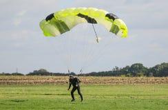 Un atterraggio del paracadutista dopo l'esecuzione lanciar in caduta liberasi con il paracadute Fotografia Stock