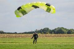 Un atterraggio del paracadutista dopo l'esecuzione lanciar in caduta liberasi con il paracadute Fotografia Stock Libera da Diritti