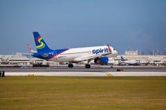 Un atterrissage d'Airbus A320 de lignes aériennes d'esprit Image stock