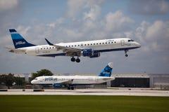 Un atterrissage d'avions d'Embraer 190 de lignes aériennes de Jetblue Photographie stock
