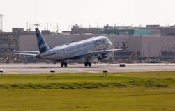 Un atterrissage d'avions d'Embraer 190 de lignes aériennes de Jetblue Photos libres de droits