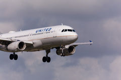 Un atterrissage d'avions d'United Airlines Airbus A320 Photographie stock