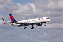 Un atterrissage d'avions de Delta Air Lines Boeing 757 Image libre de droits
