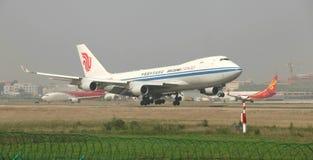 Un atterrissage de cargaison de Boeing 747 sur la piste Images libres de droits