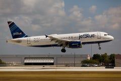 Un atterrissage de JetBlue Airbus A320 Image libre de droits