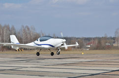 Un atterrissage ou un décollage d'avions légers moderne Photo libre de droits