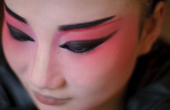 Un'attrice cinese di opera è pittura il suo fronte Immagine Stock