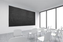 Un'aula o una stanza di presentazione in un'università o in un ufficio moderna di immaginazione Sedie bianche, finestre panoramic Fotografia Stock