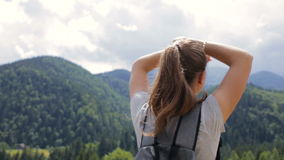 Un aumento de la mujer joven sus manos para arriba para la alegría almacen de metraje de vídeo