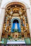 Un autel baroque très riche fait en sculpture sur bois Gilded consacrée à notre Madame de Fatima Images stock