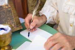 Un auteur antique jugeant un stylo fait en plume en Toscane Photographie stock