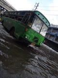 Un autobús de la ciudad mantiene el servicio encendido un Rangsit inundado, Tailandia, en octubre de 2011 Fotos de archivo libres de regalías