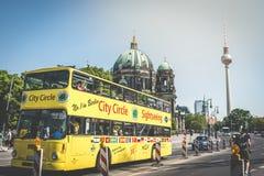 Un autobús de visita turístico de excursión en señales famosas - Berlin Cathedral Be Imagen de archivo