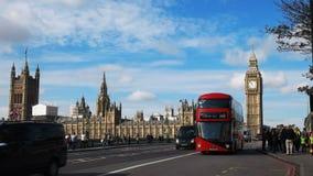 Un autobús del autobús de dos pisos con Big Ben metrajes